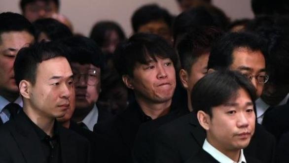 Song Joong Ki hoãn tuần trăng mật đến viếng Kim Joo Hyuk - Ảnh 9.