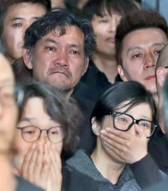 Song Joong Ki hoãn tuần trăng mật đến viếng Kim Joo Hyuk - Ảnh 10.