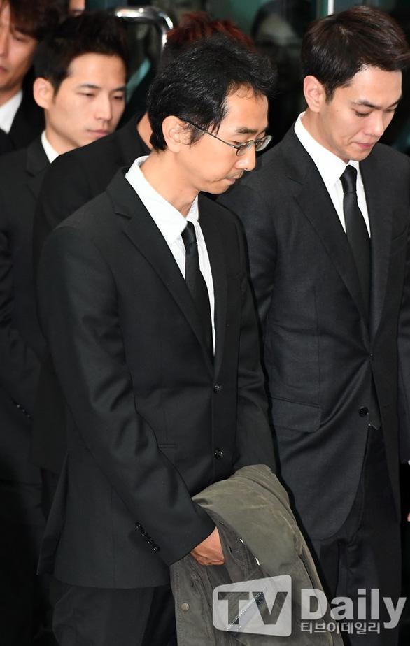 Song Joong Ki hoãn tuần trăng mật đến viếng Kim Joo Hyuk - Ảnh 11.