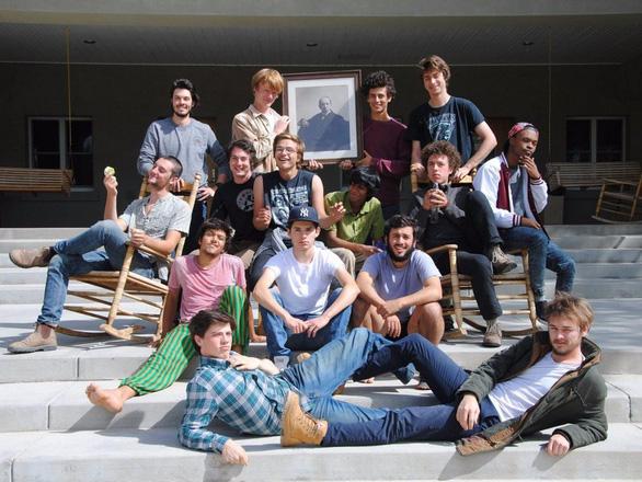 Lạ lùng ngôi trường giữa sa mạc chỉ có 30 nam sinh viên - Ảnh 6.