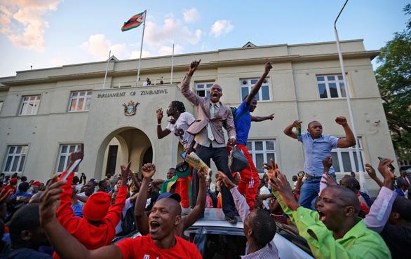 Thế giới qua ảnh: Chuyển giao quyền lực ở Zimbabwe, Đức nguy cơ bầu cử lại - Ảnh 2.