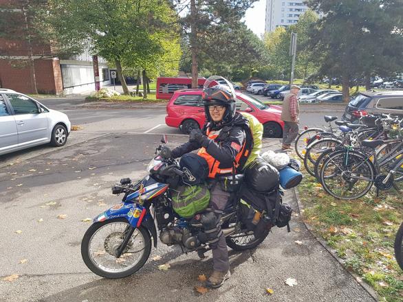 Chàng trai Tiền Giang đi xe máy từ Việt Nam đến Pháp - Ảnh 12.