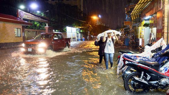 Ngập nặng ở Bình Thạnh sau cơn mưa lớn - Ảnh 3.