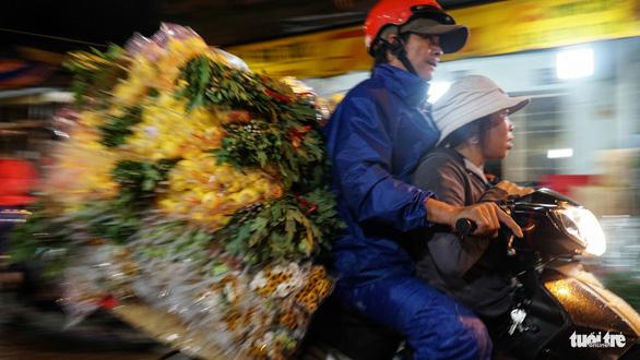 Chợ hoa lớn nhất Sài Gòn hối hả trước ngày 20-10 - Ảnh 5.