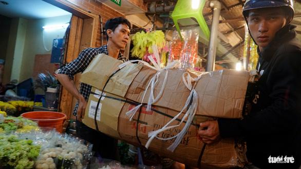 Chợ hoa lớn nhất Sài Gòn hối hả trước ngày 20-10 - Ảnh 7.