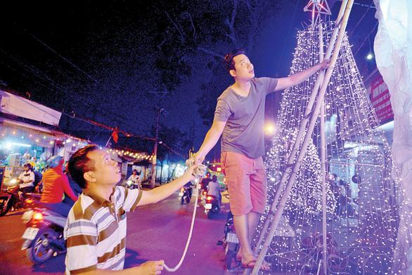 Xóm đạo Sài Gòn lung linh đón Giáng sinh - Ảnh 2.