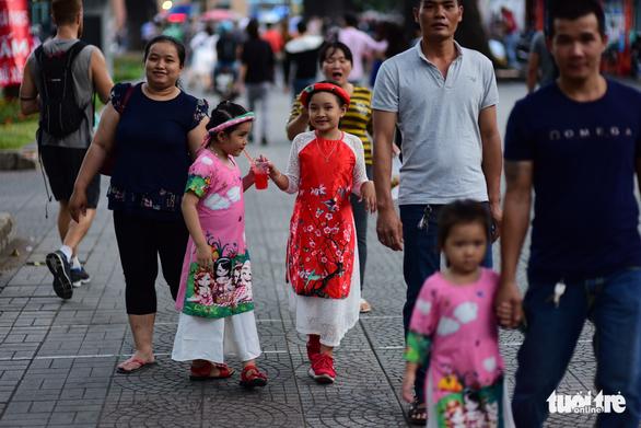 Dòng người đổ về trung tâm Sài Gòn đón năm mới 2018 - Ảnh 8.