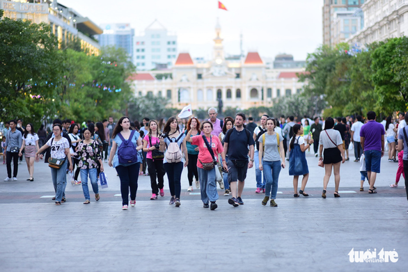 Dòng người đổ về trung tâm Sài Gòn đón năm mới 2018 - Ảnh 9.