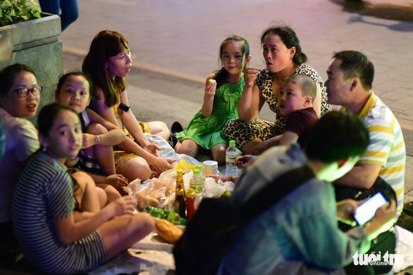Dòng người đổ về trung tâm Sài Gòn đón năm mới 2018 - Ảnh 10.