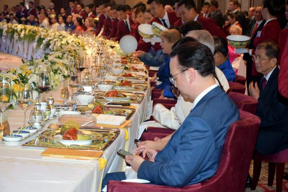 Chiêm ngưỡng bộ bàn ăn dát vàng ở tiệc chiêu đãi APEC - Ảnh 2.