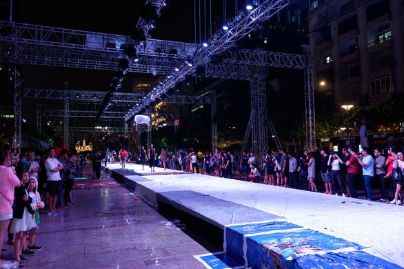 Fashionology Festival: Người mẫu che dù đi catwalk trong mưa - Ảnh 5.