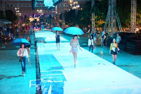 Fashionology Festival: Người mẫu che dù đi catwalk trong mưa - Ảnh 1.