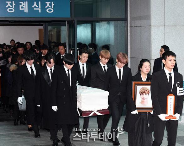 SHINee, SNSD, SJ thẫn thờ đưa tang Jonghyun - Ảnh 2.