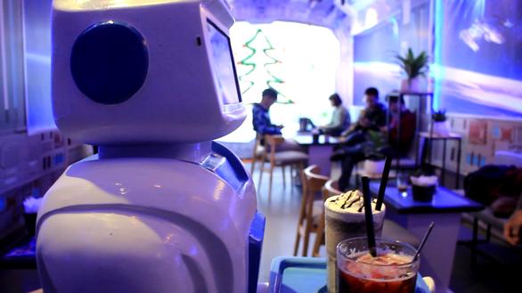 Nàng robot Made in Vietnam phục vụ trong quán cà phê - Ảnh 4.