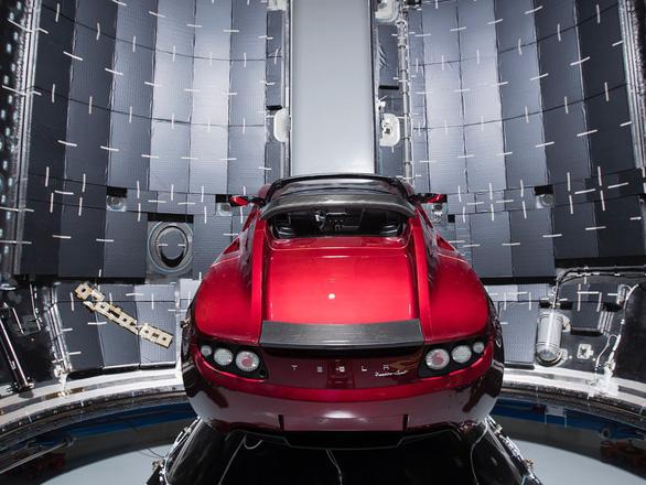 Elon Musk 'khoe' tiến độ chuẩn bị đưa xe hơi Tesla lên sao Hỏa - Ảnh 1.