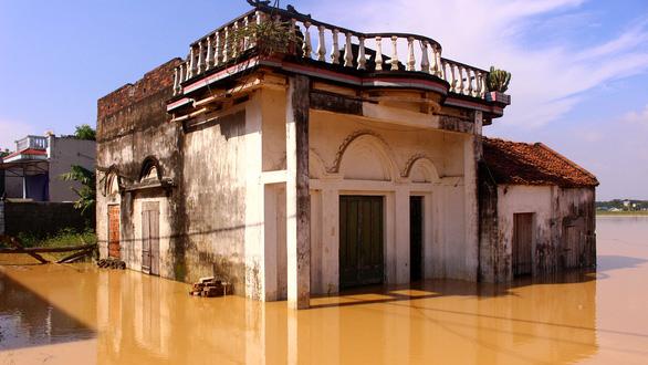 Hà Nội: Đê lở, nước hồi hương ngập trắng - Ảnh 8.
