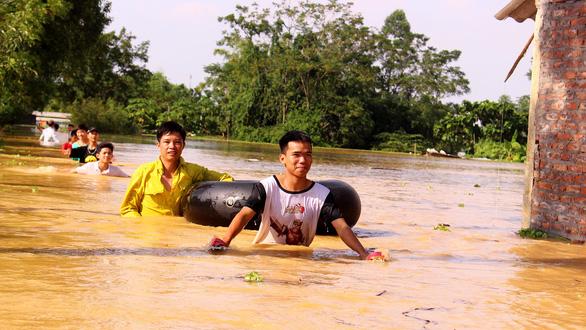 Hà Nội: Đê lở, nước hồi hương ngập trắng - Ảnh 10.
