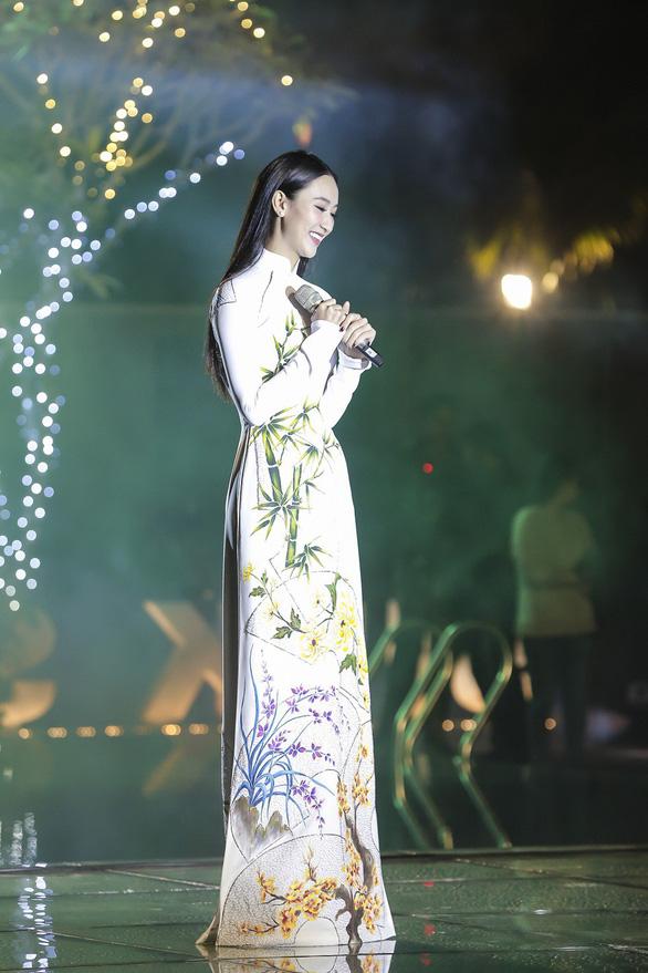 Trương Thị May làm bà lái đò trên sàn diễn thời trang Hội An - Ảnh 5.