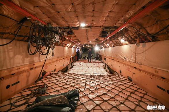 40 tấn hàng cứu trợ của Nga đã đến Cam Ranh - Ảnh 4.