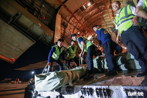 40 tấn hàng cứu trợ của Nga đã đến Cam Ranh - Ảnh 10.