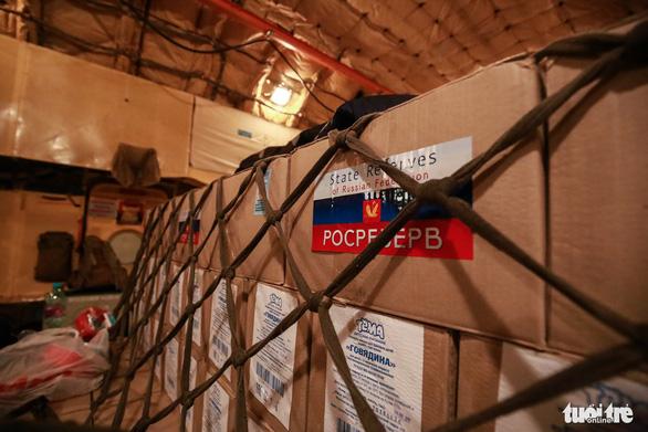 40 tấn hàng cứu trợ của Nga đã đến Cam Ranh - Ảnh 11.