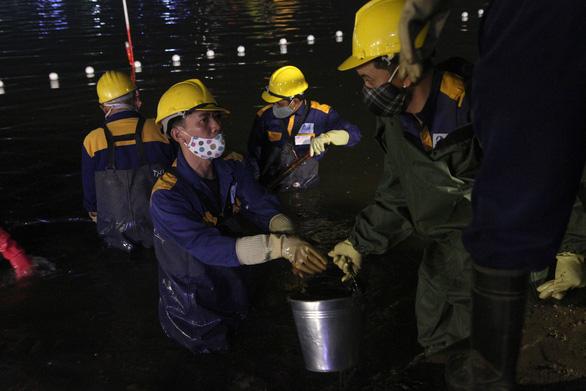 Hàng trăm công nhân nạo vét bùn hồ Gươm xuyên đêm - Ảnh 2.