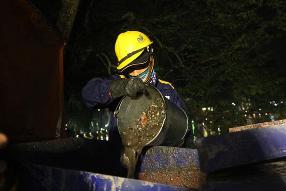 Hàng trăm công nhân nạo vét bùn hồ Gươm xuyên đêm - Ảnh 3.