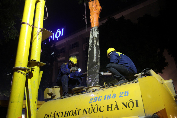 Hàng trăm công nhân nạo vét bùn hồ Gươm xuyên đêm - Ảnh 4.