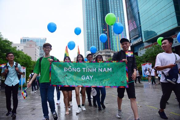 Sắc màu rực rỡ của tình yêu tràn ra phố đi bộ Nguyễn Huệ - Ảnh 5.