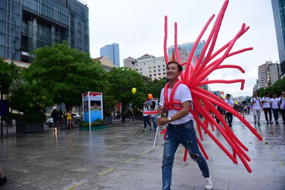 Sắc màu rực rỡ của tình yêu tràn ra phố đi bộ Nguyễn Huệ - Ảnh 7.