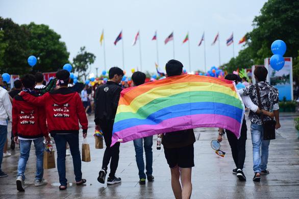 Sắc màu rực rỡ của tình yêu tràn ra phố đi bộ Nguyễn Huệ - Ảnh 4.