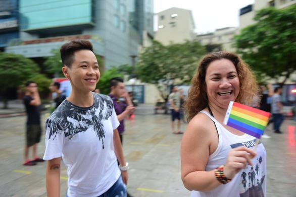 Sắc màu rực rỡ của tình yêu tràn ra phố đi bộ Nguyễn Huệ - Ảnh 12.