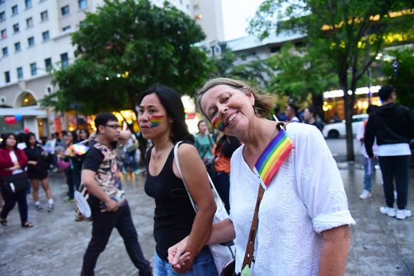 Sắc màu rực rỡ của tình yêu tràn ra phố đi bộ Nguyễn Huệ - Ảnh 10.