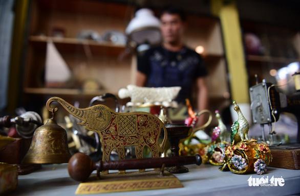 Chợ đồ cổ tấp nập giữa lòng Sài Gòn - Ảnh 11.