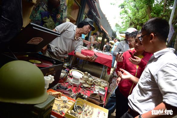 Chợ đồ cổ tấp nập giữa lòng Sài Gòn - Ảnh 1.