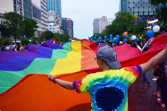 Sắc màu rực rỡ của tình yêu tràn ra phố đi bộ Nguyễn Huệ - Ảnh 3.