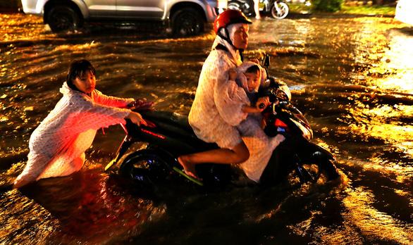 Người Sài Gòn khốn khổ trong đêm mưa ngập nặng nhất mùa - Ảnh 2.
