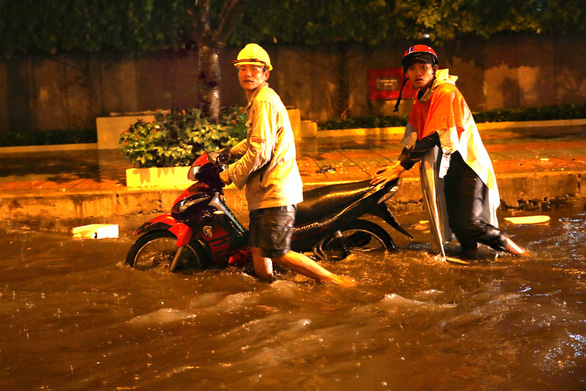 Người Sài Gòn khốn khổ trong đêm mưa ngập nặng nhất mùa - Ảnh 4.