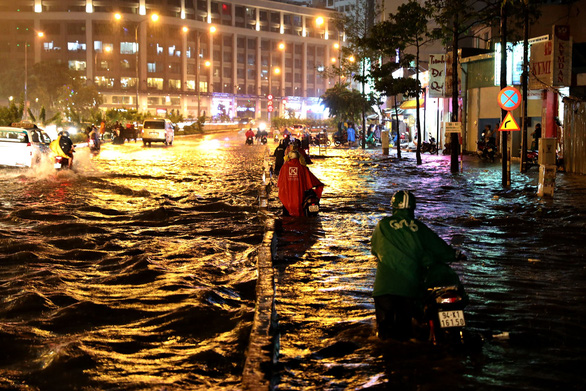 Người Sài Gòn khốn khổ trong đêm mưa ngập nặng nhất mùa - Ảnh 5.