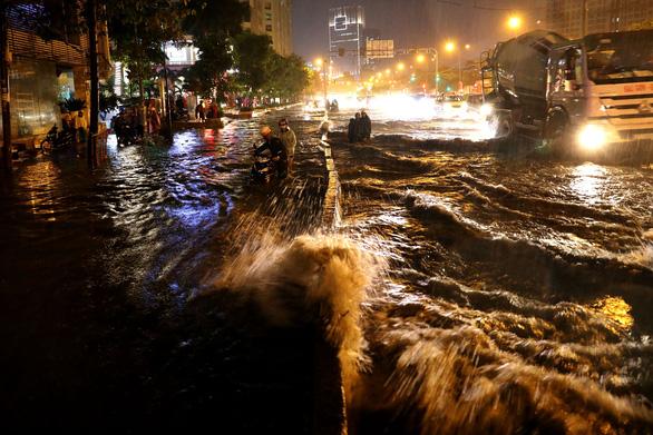 Người Sài Gòn khốn khổ trong đêm mưa ngập nặng nhất mùa - Ảnh 1.
