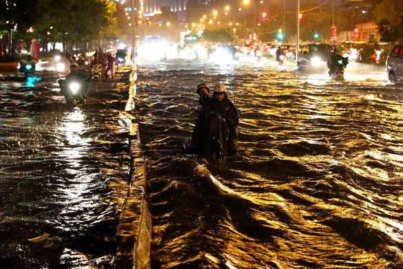 Người Sài Gòn khốn khổ trong đêm mưa ngập nặng nhất mùa - Ảnh 3.