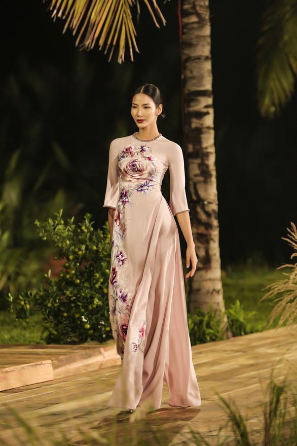 Trương Thị May làm bà lái đò trên sàn diễn thời trang Hội An - Ảnh 9.