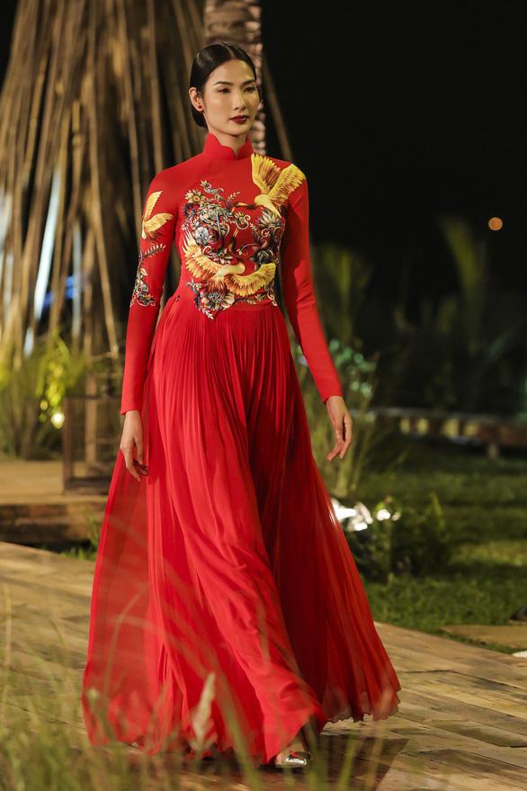 Trương Thị May làm bà lái đò trên sàn diễn thời trang Hội An - Ảnh 2.