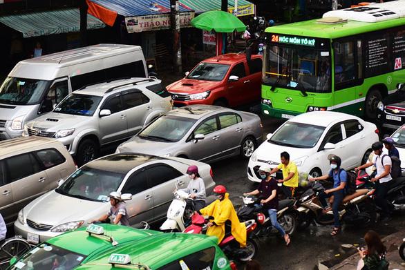Lượng lớn xe ô tô di chuyển về bến xe miền Đông khiến cho giao thông tại đây bị ùn tắc - Ảnh: HỮU THUẬN