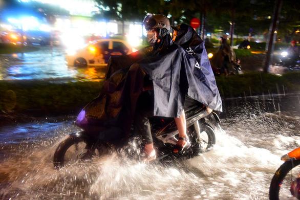 Người Sài Gòn khốn khổ trong đêm mưa ngập nặng nhất mùa - Ảnh 6.
