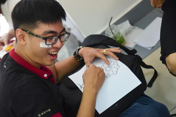 Sinh viên HUFLIT vẽ tranh Ngày hội Hoa hướng dương - Ảnh 1.