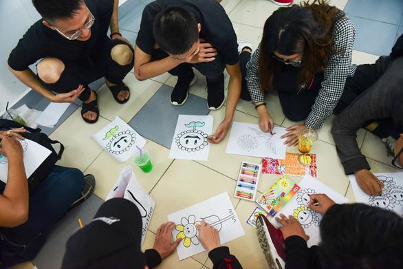 Sinh viên HUFLIT vẽ tranh Ngày hội Hoa hướng dương - Ảnh 2.