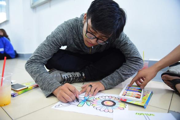 Sinh viên HUFLIT vẽ tranh Ngày hội Hoa hướng dương - Ảnh 8.