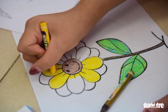 Sinh viên HUFLIT vẽ tranh Ngày hội Hoa hướng dương - Ảnh 9.