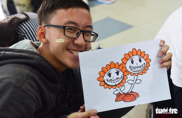 Sinh viên HUFLIT vẽ tranh Ngày hội Hoa hướng dương - Ảnh 10.